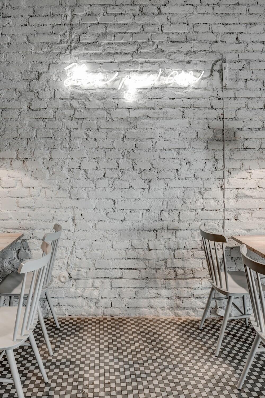 Silla nórdica con pared de estilo industrial.